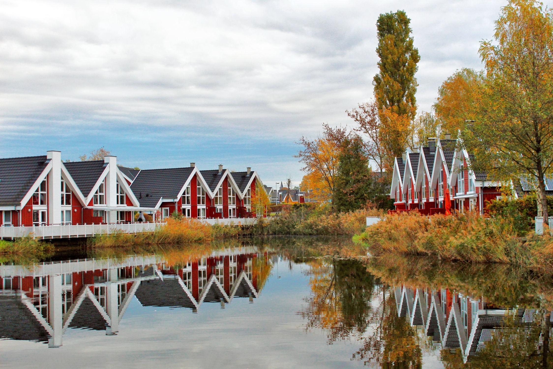 Bild mit Gewässer, Häuser, Häfen, Haus, Seeblick, See, Seelandschaft, Scharmützelsee, Haus am See, Spiegelung, Reihenhaus, Reihenhäuser