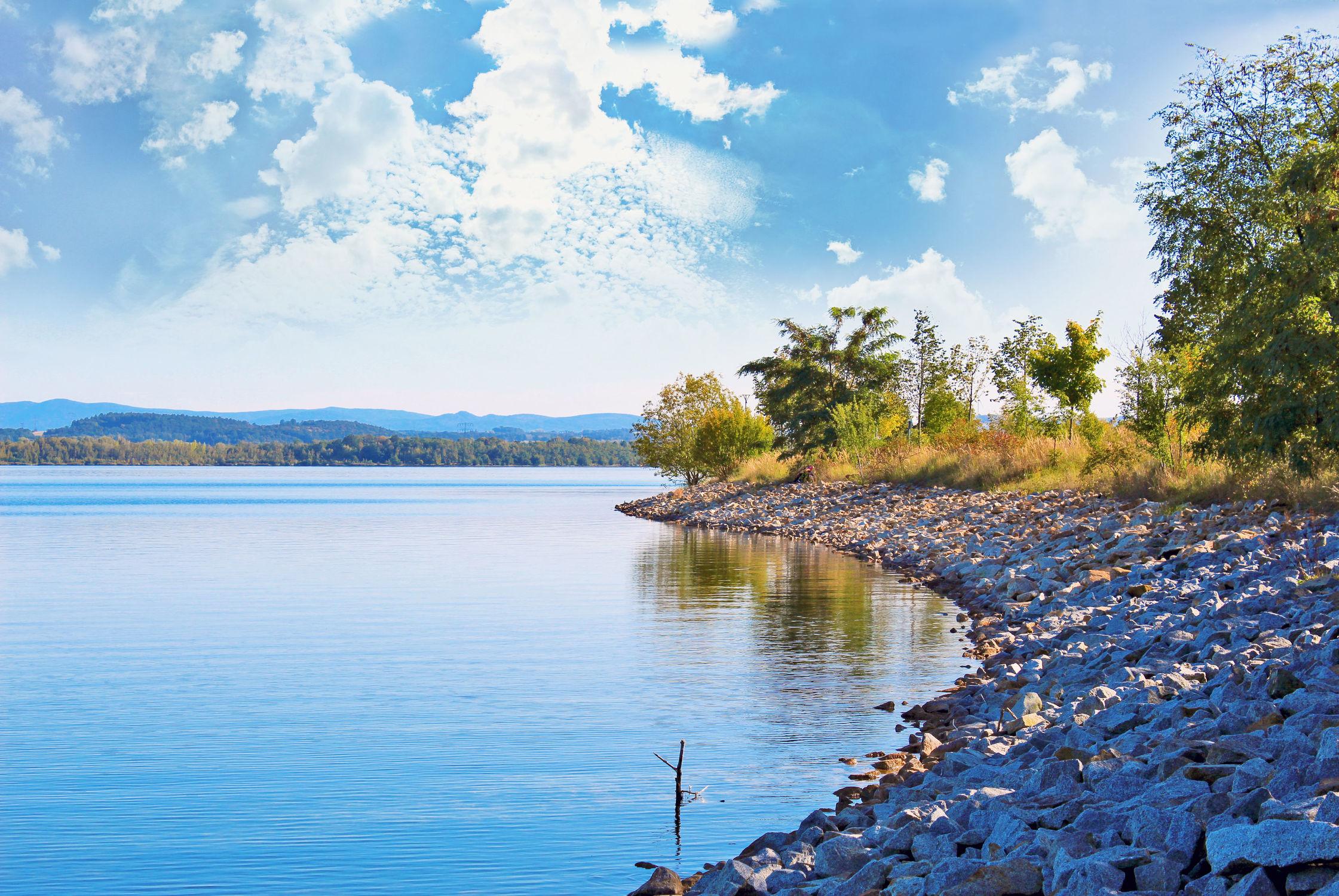 Bild mit Gewässer, Horizont, Wolkenhimmel, Landschaft, Seeblick, See, Berzdorfer See, landscape, Blick über den See