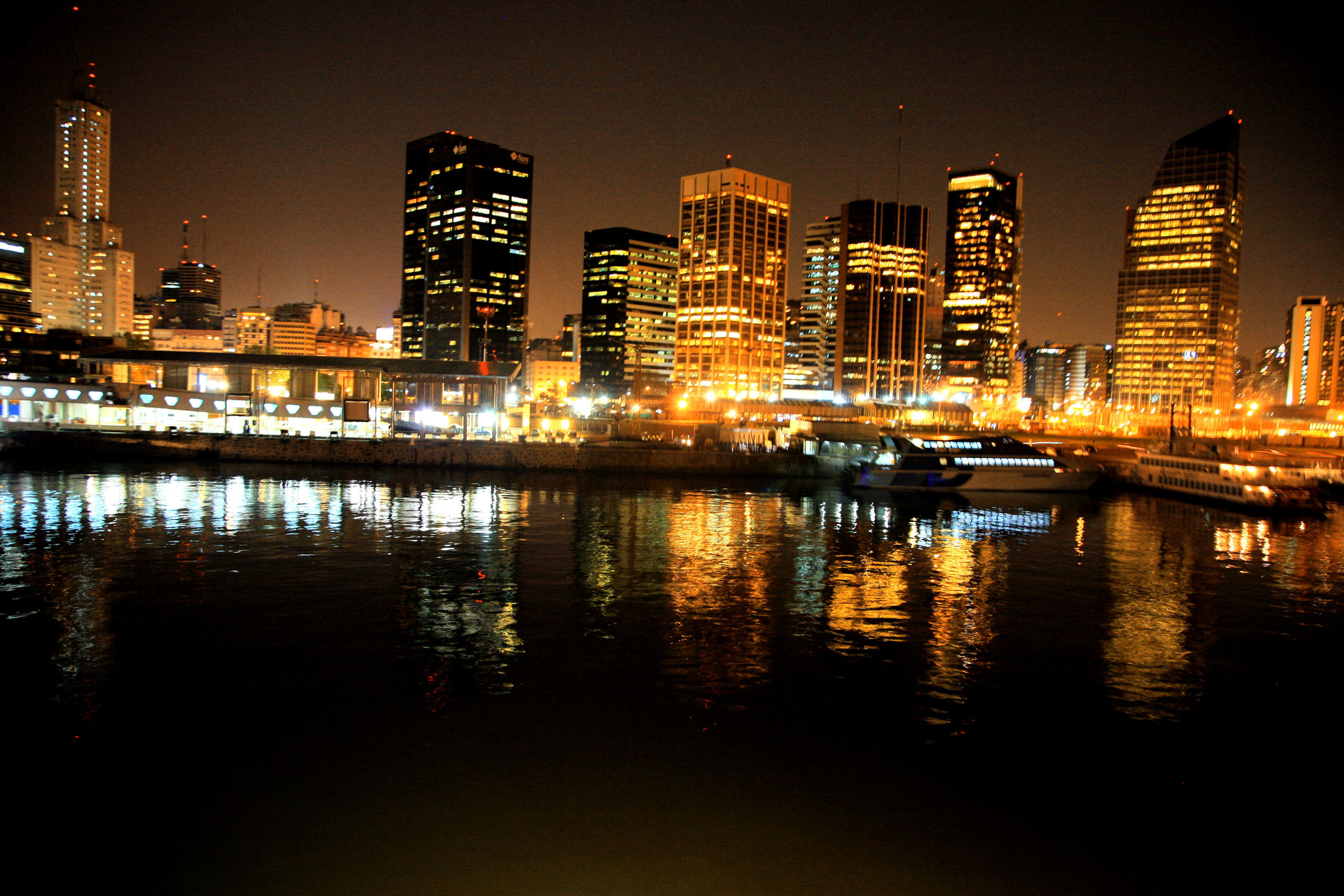 Bild mit Gebäude, Städte, Häuser, Stadt, City, Nachtaufnahmen, Nacht, Skyline, hochhaus, wolkenkratzer, Hochhäuser, Stadtleben