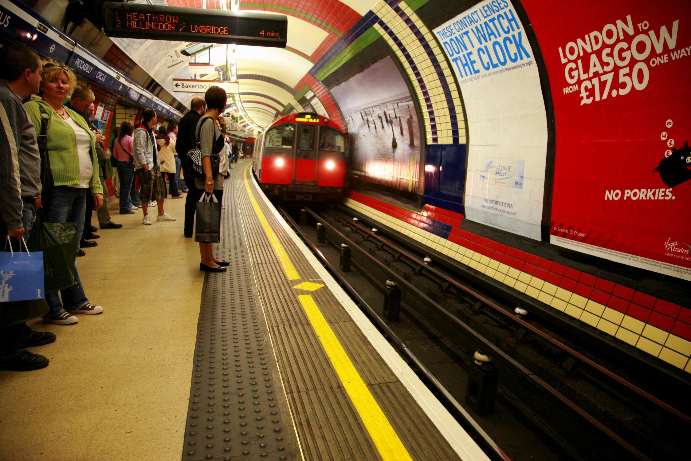 Bild mit Städte, Züge, London, Stadt, City of London, City, Bahn, Zug, Bahnen, London Underground, U Bahn