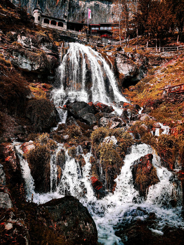 Bild mit Wasserfall, Swiss Mountain
