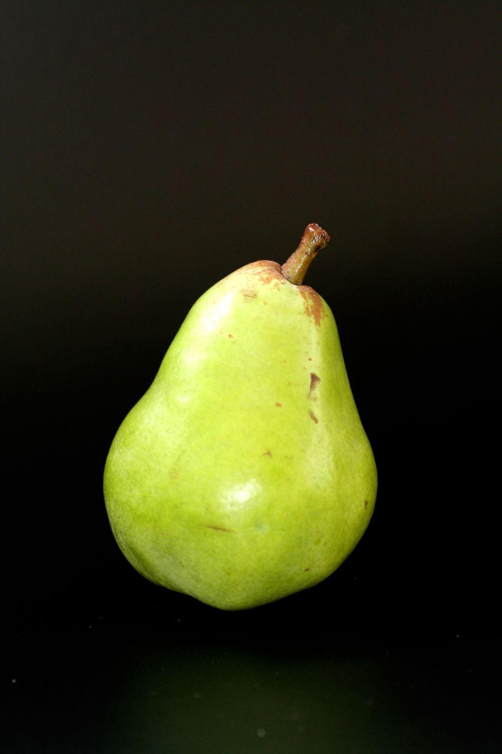 Bild mit Grün, Früchte, Lebensmittel, Essen, Schwarz, Frucht, Fruit, Obst, Birne, Birnen, Kernobst, Pyrus, bira, bir, bire, pirum, pear, Birne mit schwarzem Hintergrund