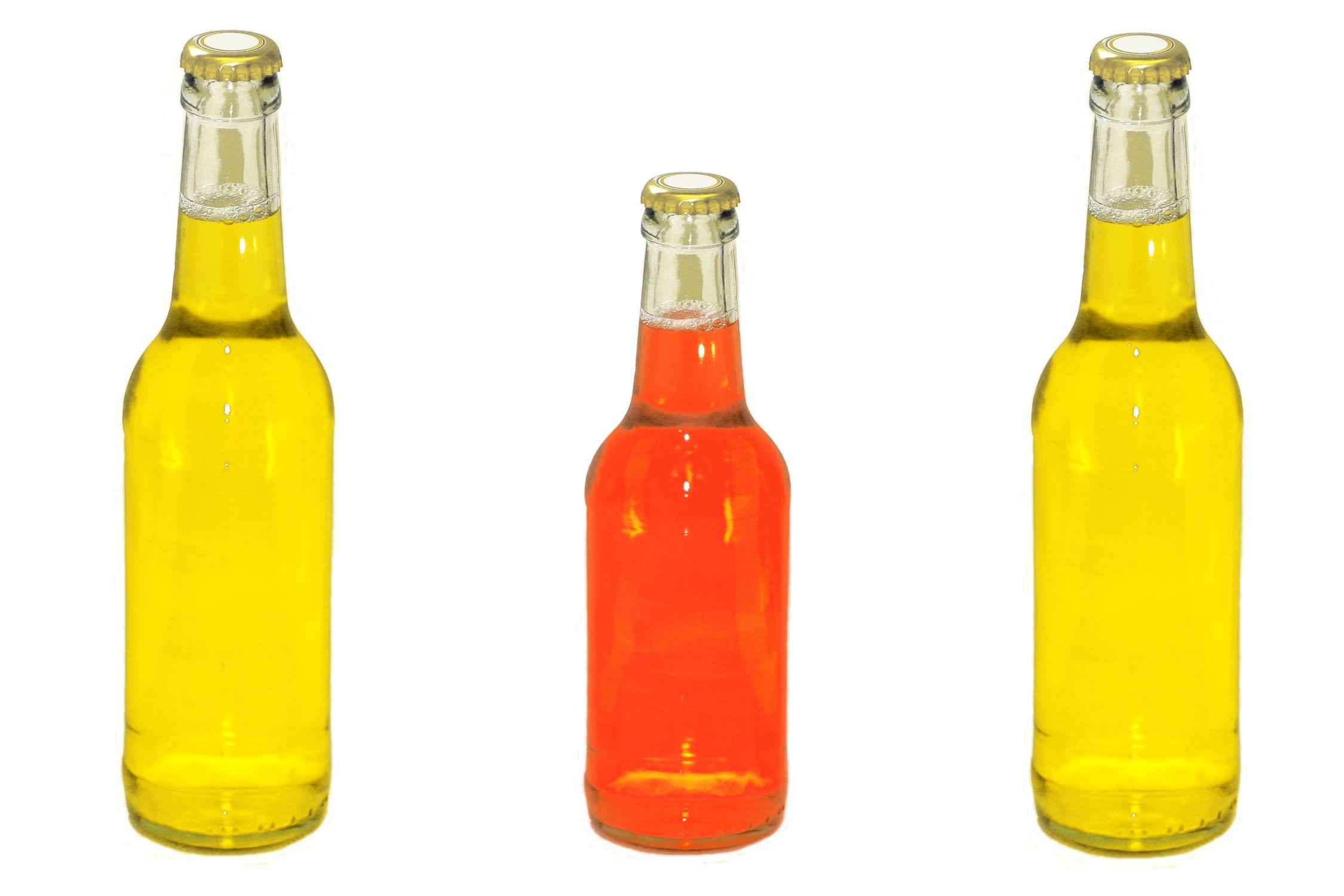 Bild mit Farben, Gelb, Gegenstände, Lebensmittel, Trinken, Getränke, Liköre, Alkohol, Flaschen, Küchenbild, Flasche, Bierflasche, Bierflaschen, gelbe Flasche, rote Flasche, Trinkflasche, Küchenbilder, Küche