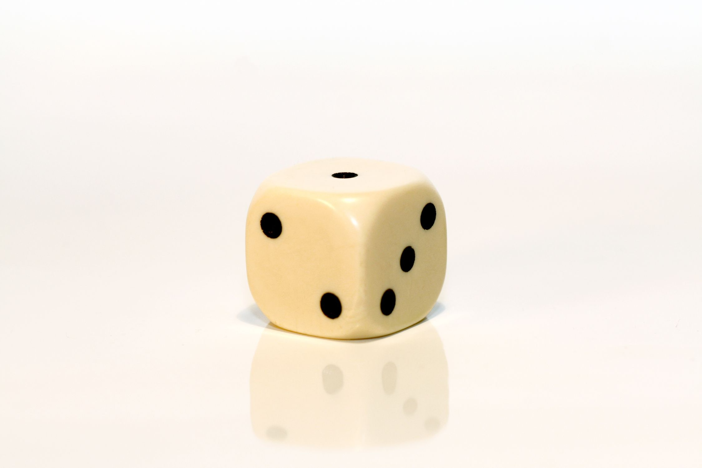 Bild mit Gegenstände, Weiß, Spiele und Spielzeuge, Würfel, Spielewürfel, Spielwürfel, Glückswürfel, Würfelspiel, 6er Würfel, weißer Würfel, Elfenbein Würfel, weißer Würfel vor weißem Hintergrund