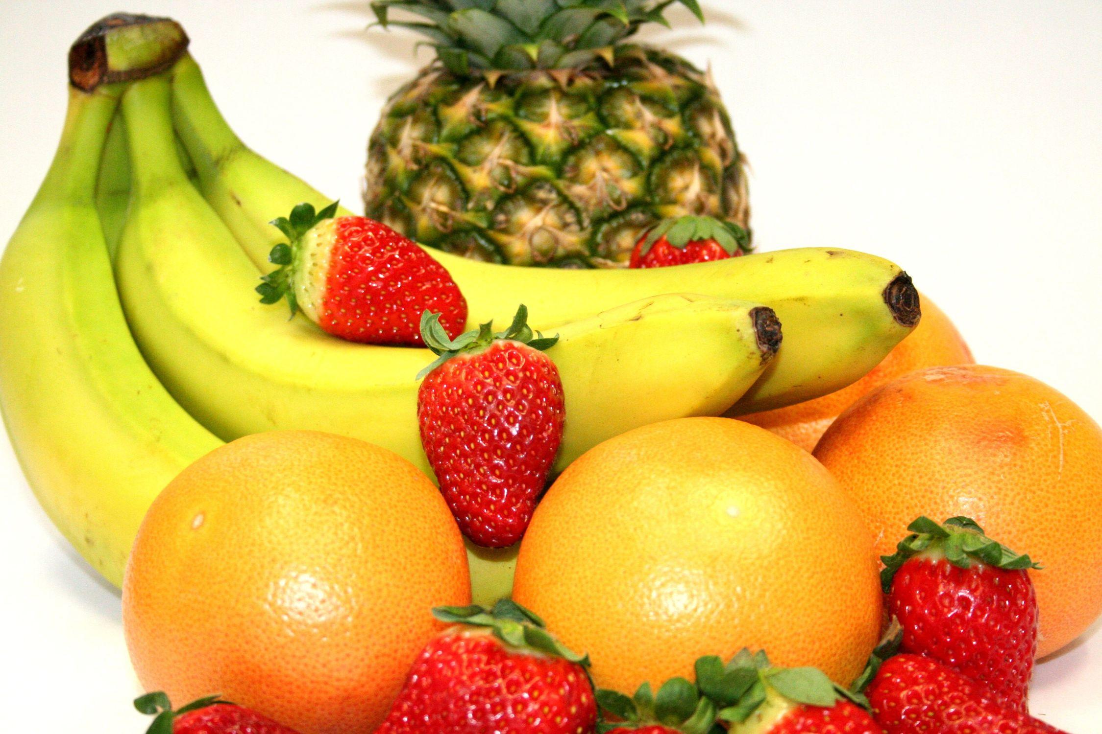 Bild mit Gegenstände, Natur, Pflanzen, Früchte, Lebensmittel, Essen, Bananen, Ananas, Banane, Erdbeere, Erdbeeren, Küchenbild, Küchenbilder, Küche