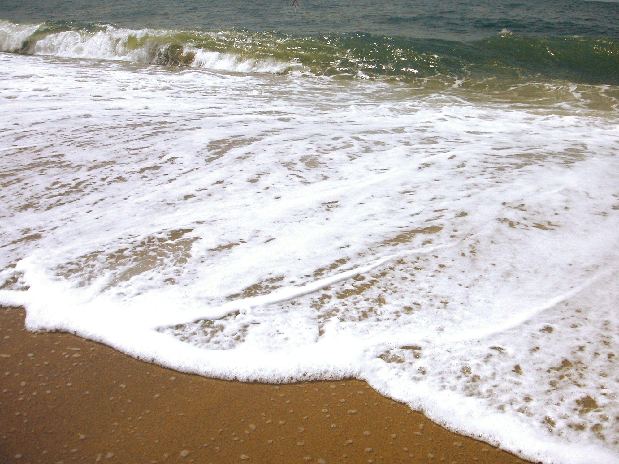 Bild mit Gegenstände, Natur, Elemente, Wasser, Landschaften, Himmel, Gewässer, Küsten und Ufer, Materialien, Meere, Strände, Brandung, Wellen, Stein, Sand, Aktivitäten, Urlaub, Strand, Meer