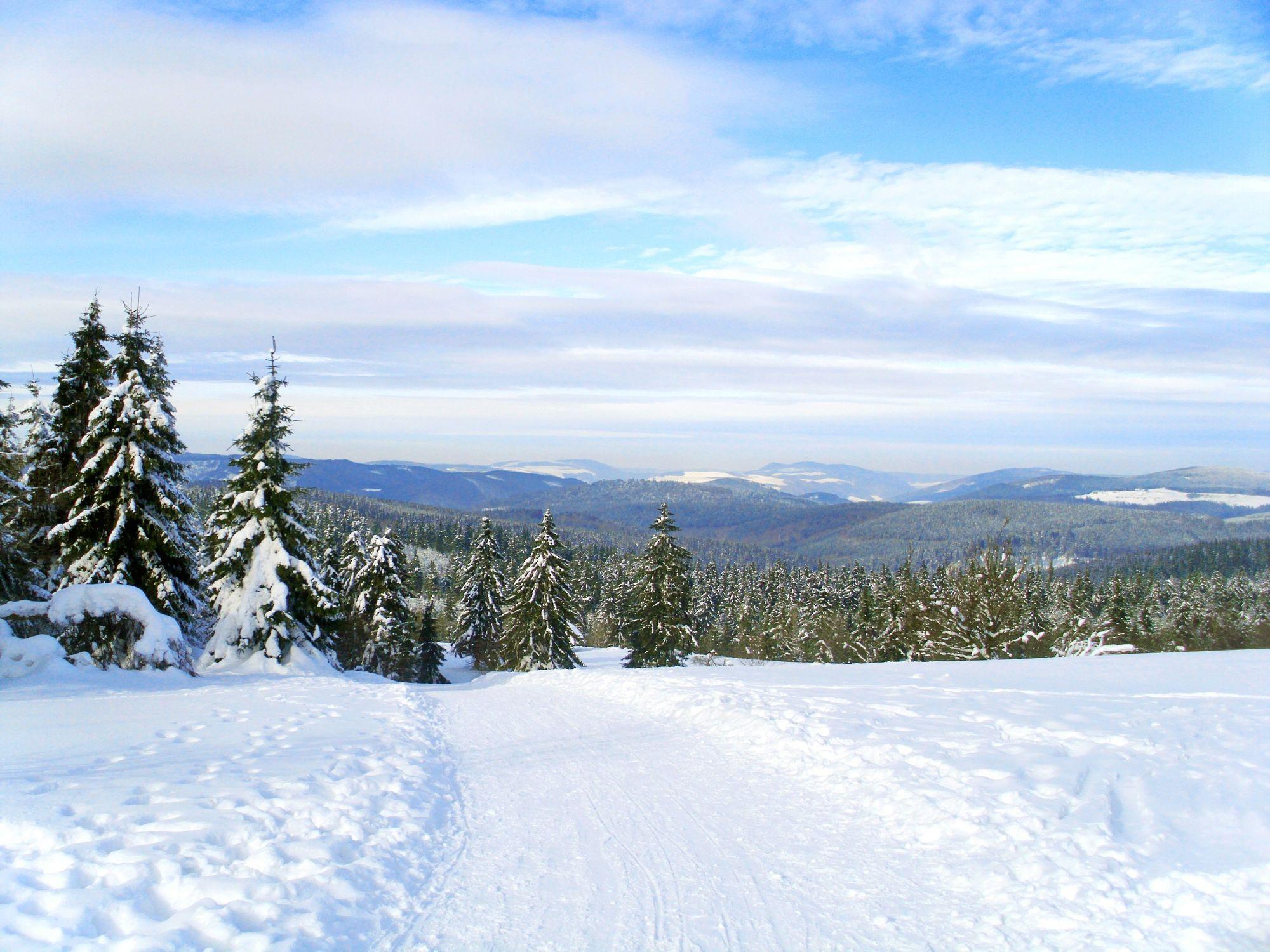 Bild mit Natur, Pflanzen, Landschaften, Berge und Hügel, Berge, Hochland, Himmel, Hügel, Bäume, Grate, Jahreszeiten, Winter, Wetter, Schnee, Wolken, winterlandschaft
