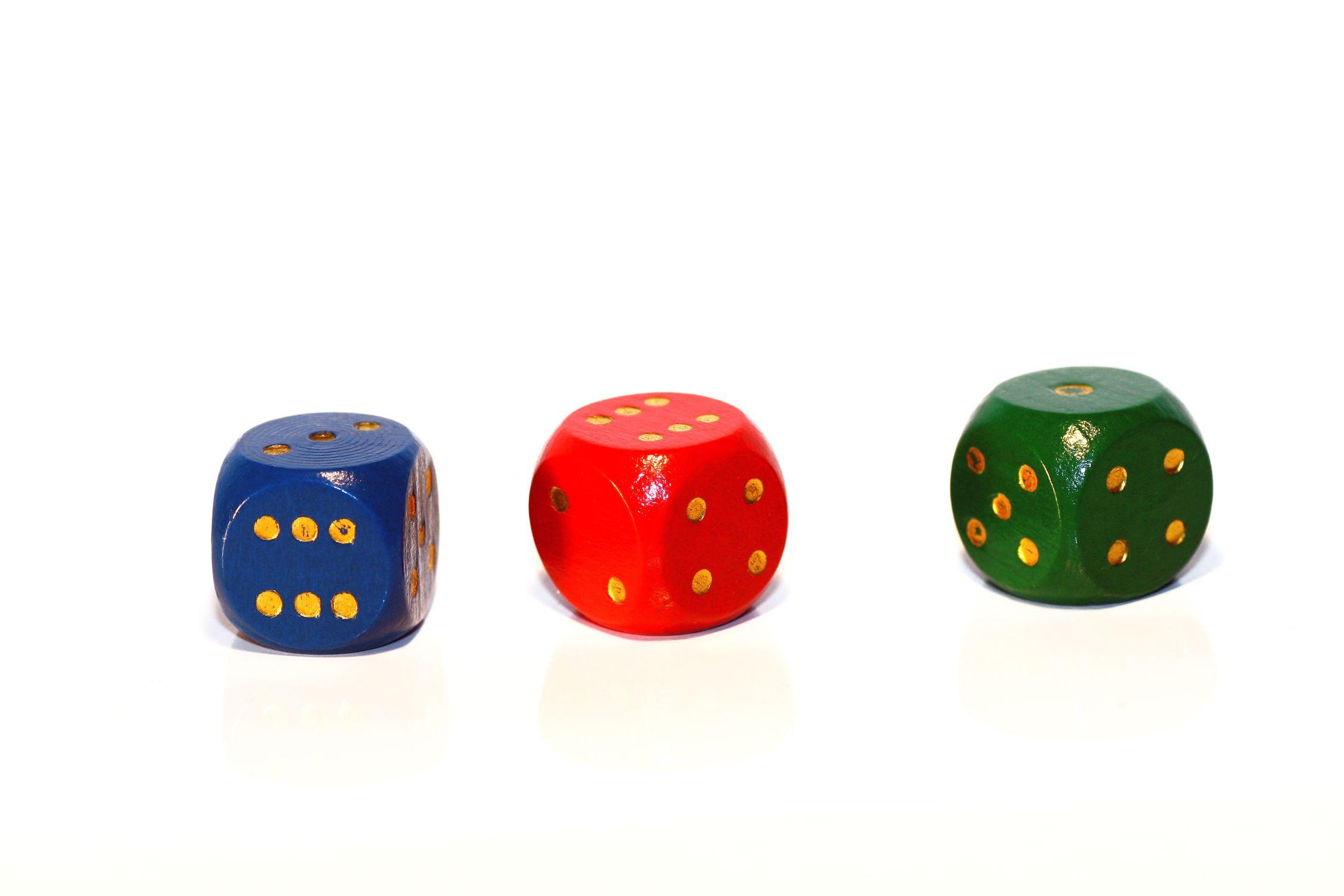 Bild mit Gegenstände, Grün, Weiß, Rot, Blau, Spiele und Spielzeuge, Würfel, Spielewürfel, Spielwürfel, Glückswürfel, Würfelspiel, 6er Würfel