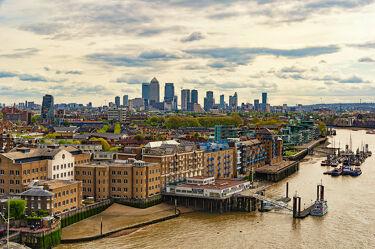 Bild mit Architektur, Gebäude, Schiffe, England, London, Stadt, Themse, Reisen, Reisefotografie, Sehenswürdigkeiten, Europa, wolkenkratzer, stadtansicht, Großstadt, großbritannien, Fluss, Tourismus, Weltstadt, Streetfotografie, UK, Anlegestelle