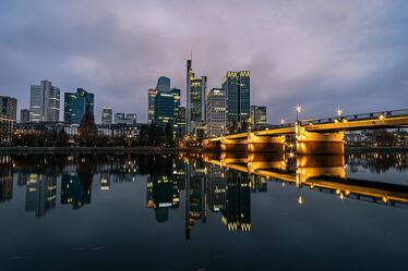 Bild mit Stadt, Spiegelung, Skylines & Hochhäuser, Frankfurt am Main, Nacht, Skyline, wolkenkratzer, Fluss, Hochhäuser, Lichter