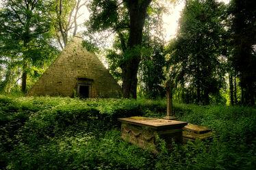 Bild mit Natur, Grün, Wald, Landschaft, Denkmal, Historisch, Abendsonnenlicht, Niedersachsen, Pyramide, Grab