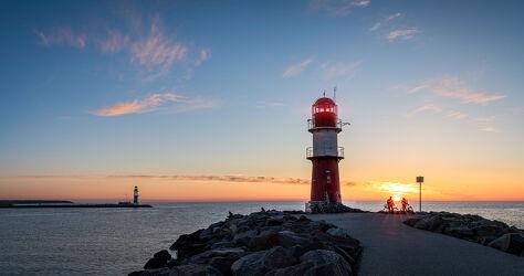 Bild mit Sonnenuntergang, Abendrot, Ostsee, Meer, Küste, bauwerk, romantisch, Leuchtturm, Warnemünde, stimmungsvoll