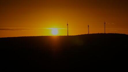 Bild mit Sonnenuntergang, Sonnenschein, Sonnen, Windräder, windrad