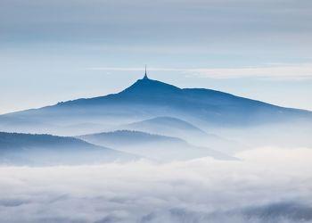 Bild mit Natur, Berge, Hügel, Wolken, Felsen, Stein, Blau, Nebel, berg, Gestein, Jeschken, Berg Jeschken