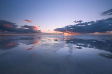 Bild mit Natur, Wasser, Gewässer, Meere, Strände, Wellen, Sand, Sonnenuntergang, Urlaub, Sommer, Sonnenaufgang, Strand, Meerblick, Sunset, Beach, Ocean, Spiegelung, Reisen, Am Meer, Strand & Meer, Abend am Meer, Reise, island, sea, seaside, ozean