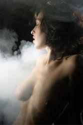 Aktmodel im Nebel