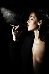 Rauchende Verführung Frauenakt