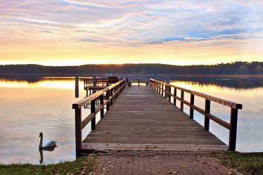 Steg am See im Sonnenaufgang