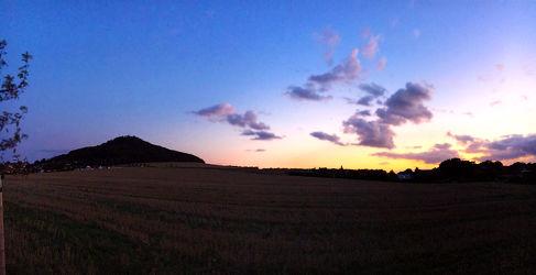 Bild mit Wolken,Horizont,Sonnenuntergang,Dämmerung,Panorama,Sunset,Sky,Görlitz,Landeskrone,Sedło,Hausberg,Ausflugsziel,Blick auf Görlitz,Oberlausitz,Landschaftspanorama,Sky panorama