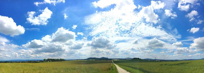 Bild mit Natur, Wolken, Blau, Panorama, Wolkenhimmel, Landschaft, Wolkengebilde, Sky, Wolken am Himmel, Himmel Panorama, Wolkenhimmel Panorama, Weitblick, Wolken Himmel, cloud, clouds, Feld, landscape, Landschaftspanorama, Felder