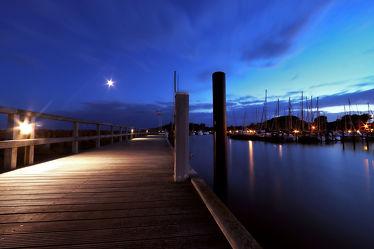 Holzsteg am Abend im Yachthafen Grömitz