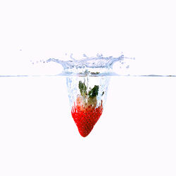 Bild mit Erdbeere, Makrofotografie, Makro, Wassertropfen, Waterdrop, Küchenbilder, nahaufnahme, Splash, Watersplash