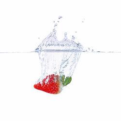 Bild mit Erdbeere, Makrofotografie, Makro, Küchenbild, Wassertropfen, Waterdrop, Küchenbilder, nahaufnahme, Splash, Watersplash