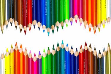 Viele Buntstifte in Schlangenlinie als Wandbild