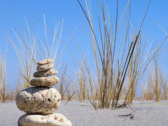Bild mit Strände, Stein, Sand, Strand, Sandstrand, Meerblick, Meer, Düne, Dünen, Steine, Dünengras, Strandhafer, Steinhaufen