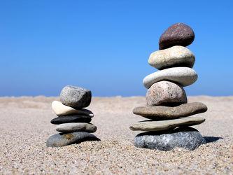 Bild mit Wasser, Stein, Sand, Strand, Sandstrand, Ostsee, Meer, Steine, Meditation, Wellness, Spa, steinstapel, Steinhaufen, steinturm