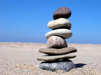 Bild mit Gewässer, Strände, Stein, Sand, Strand, Sandstrand, Meerblick, Meer, Steine, Sandstrände, Steinhaufen, steinturm, Steindauben