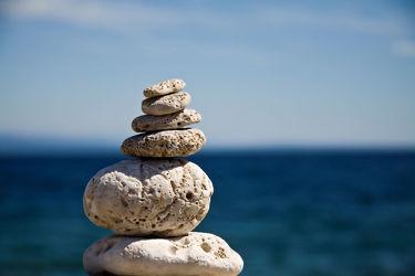 Bild mit Strände, Stein, Sand, Strand, Sandstrand, Steine, gestapelte Steine, steinstapel, Steinhaufen, Steindauben