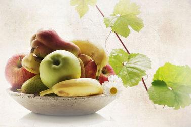 Frisches Obst in rustikaler Obstschale