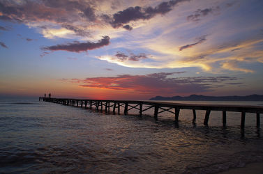 Angler am Meer im Sonnenaufgang