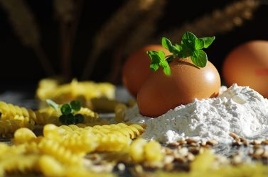 Frische Eier und Mehl für feine Nudeln