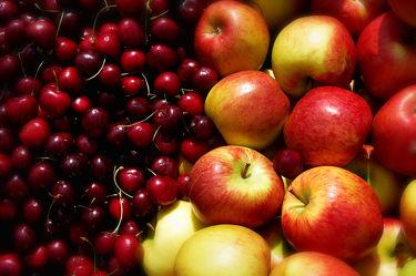 Bild mit Früchte,Lebensmittel,Sommer,Frucht,Obst,Küchenbild,Apfel,Apfel,Apple,Kirsche,Stillleben,Food,Food,Küchenbilder,KITCHEN,Küche,Küchen,Kochbild,Beere,cherry,Kirschen,apples,vegan