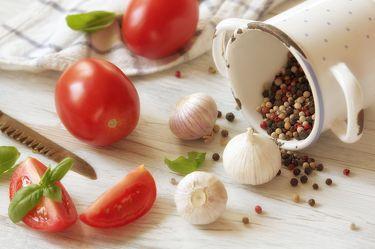 Bild mit Lebensmittel,Tomate,Tomaten,Gemüse,Küchenbild,Stillleben,Food,Küchenbilder,KITCHEN,Küche,Küchen,knoblauch,tomatos,Kochbild,vegan,kochen,Gewürze,Pfeffer