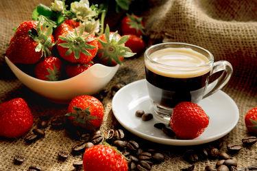 Bild mit Früchte,Lebensmittel,Beeren,Frucht,Obst,Erdbeere,Erdbeeren,Küchenbild,Kirsche,Stillleben,Food,Kaffeebilder,Küchenbilder,KITCHEN,kaffee,Espresso,Küche,Tasse,Frühstück,Kochbild,cherry,Kirschen,vegan,Tasse Kaffee