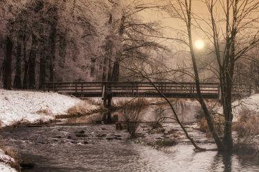 Bild mit Natur,Landschaften,Nadelbäume,Winter,Schnee,Gewässer,Flüsse,Brücken,Landschaft,Brücke,Bach,Weihnachten,winterlandschaft,Winterlandschaften,Kälte,Frost,Fluss,winterwunder