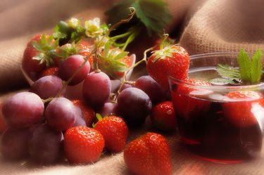 Bild mit Früchte,Lebensmittel,Beeren,Frucht,Obst,Erdbeere,Erdbeeren,Küchenbild,Küchenbild,Himbeere,Himbeeren,Food,Küchenbilder,KITCHEN,Küche,Küche,Küchen,Beere,Brombeeren,Brombeere,Bowle,Schorle