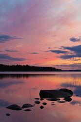 Steine im See Lentua, Finnland
