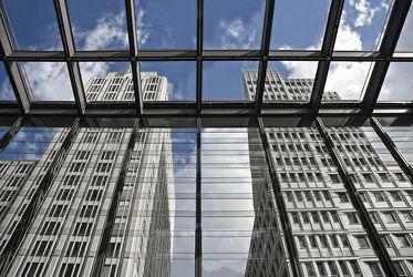 Bild mit Himmel, Architektur, Gebäude, Häuser, Fenster, Berlin, Berlin Mitte, Stadt, modern, Hauptstadt, hochhaus, Hochhäuser, Zentrum