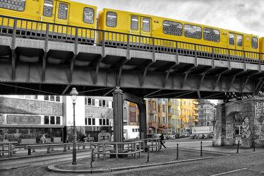 Bild mit Landschaften, Städte, Berlin, Landschaft, Stadt, City, Colorkey, modern, schwarz weiß, Verkehr, Hauptstadt, Bahn, SW, Bahnen, traffic, train, zeitlos