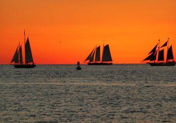 Sonnenuntergang mit Segelschiffen