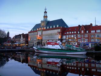 Bild mit Urlaub, Rathaus, Häfen, Reisen, Sehenswürdigkeiten, Emden, Ostfriesland, Abenddämmerung, Stadtmitte, Hafenrundfahrten, Binnenhafen, Am_Delft, Centrum