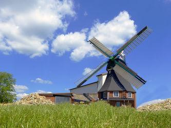 Bild mit Grün,Gräser,Himmel,Wolken,Weiß,Deutschland,Blau,Sommer,Flügel,Norddeutschland,Sehenswürdigkeiten,Windmühle,Wind,Kornwindmühle