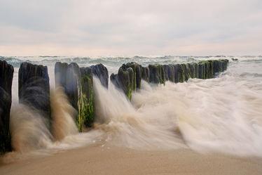 Bild mit Wolken, Strände, Brandung, Wellen, Urlaub, Strand, Meer, Küste, Extras, Erholung, Wind, sturm, Buhnen, Orkan, Ostseeküste, Gischt