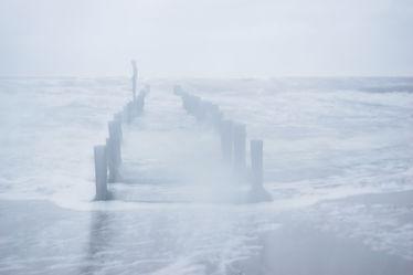 Bild mit Wasser, Wellen, Ostsee, Meer, Küste, Zingst, Buhnen, Buhne