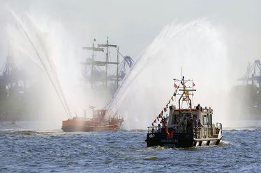 Bild mit Wasser, Himmel, Schiffe, Häfen, Hafenkapitän, Löschfahrzeug, Löschboot, Hamburg, Löschstrahl