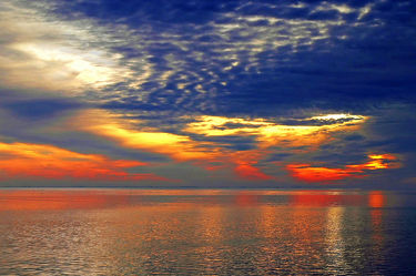 Bild mit Himmel, Wolken, Sonne, Wolkenhimmel, Wolkengebilde, Langzeitbelichtung, Abendsonne, Dollart, Ems, Wogen, Holland